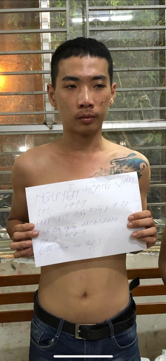 TP HCM: Bắt băng chuyên dụ người đồng tính vào khách sạn cướp tài sản - Ảnh 1.