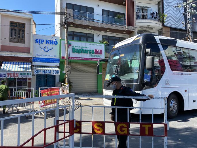 Đà Nẵng tăng cường giải tỏa người âm tính bên trong khu cách ly Bệnh viện Đà Nẵng - Ảnh 2.