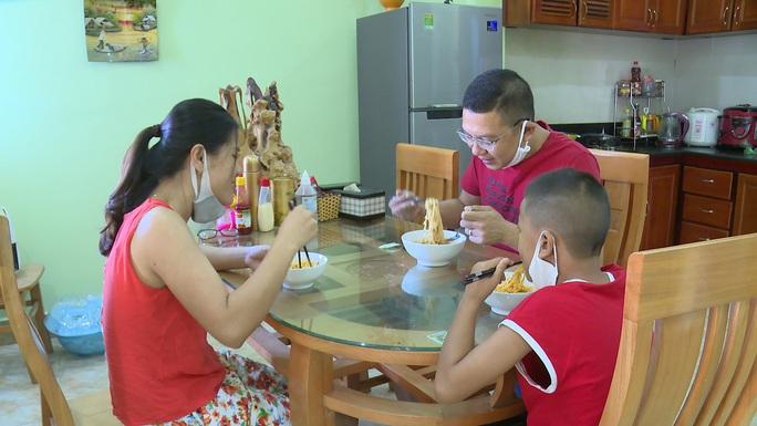 1 gia đình ở Quảng Bình về từ Đà Nẵng treo biển Nhà đi vắng để tự cách ly - Ảnh 1.