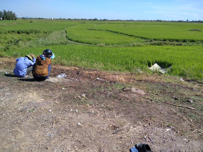 Phát hiện người đàn ông tử vong dưới ruộng lúa với nhiều nghi vấn - Ảnh 1.