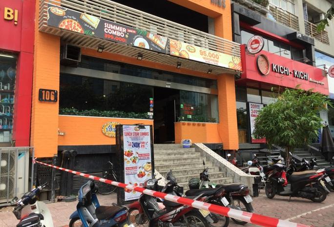 CLIP: Hà Nội phong toả cửa hàng pizza có nhân viên nghi mắc Covid-19 từ Đà Nẵng về - Ảnh 2.