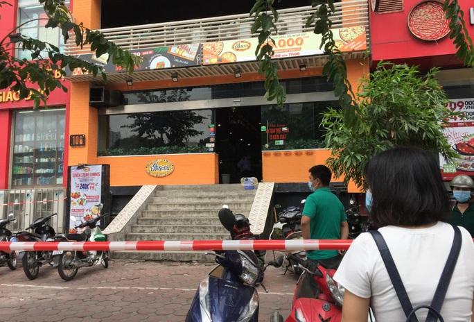 CLIP: Hà Nội phong toả cửa hàng pizza có nhân viên nghi mắc Covid-19 từ Đà Nẵng về - Ảnh 3.