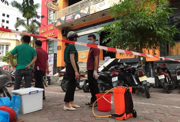 CLIP: Hà Nội phong toả cửa hàng pizza có nhân viên nghi mắc Covid-19 từ Đà Nẵng về - Ảnh 4.