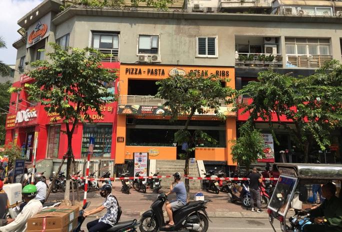 CLIP: Hà Nội phong toả cửa hàng pizza có nhân viên nghi mắc Covid-19 từ Đà Nẵng về - Ảnh 10.