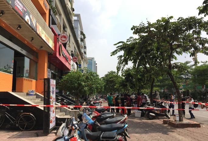 CLIP: Hà Nội phong toả cửa hàng pizza có nhân viên nghi mắc Covid-19 từ Đà Nẵng về - Ảnh 5.