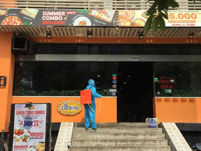 CLIP: Hà Nội phong toả cửa hàng pizza có nhân viên nghi mắc Covid-19 từ Đà Nẵng về - Ảnh 8.