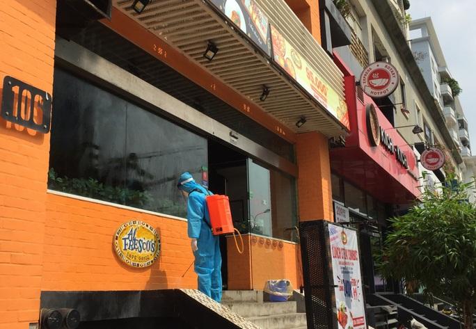 CLIP: Hà Nội phong toả cửa hàng pizza có nhân viên nghi mắc Covid-19 từ Đà Nẵng về - Ảnh 9.