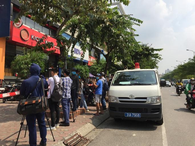 CLIP: Hà Nội phong toả cửa hàng pizza có nhân viên nghi mắc Covid-19 từ Đà Nẵng về - Ảnh 7.