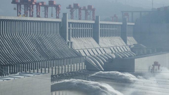 Trung Quốc vào mùa lũ chính, đập Tam Hiệp mở 3 cửa xả - Ảnh 2.