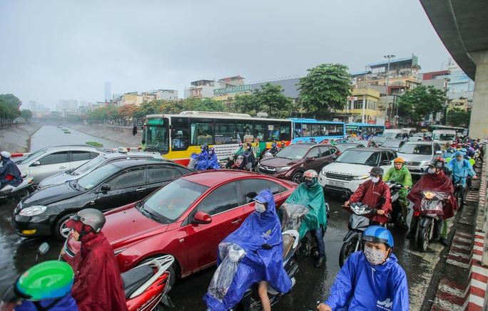 Người dân túm tụm dưới chân cầu vượt trong trận mưa vàng - Ảnh 2.