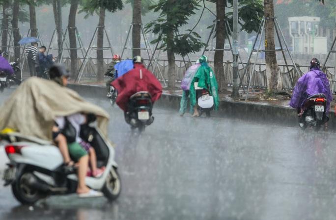 Người dân túm tụm dưới chân cầu vượt trong trận mưa vàng - Ảnh 5.