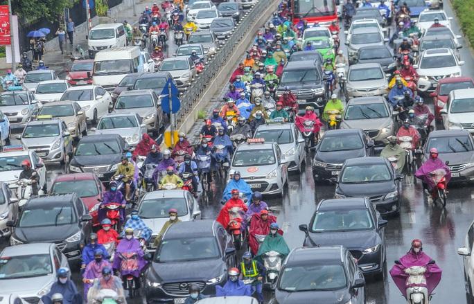 Người dân túm tụm dưới chân cầu vượt trong trận mưa vàng - Ảnh 6.