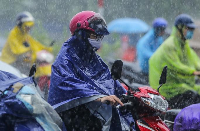 Người dân túm tụm dưới chân cầu vượt trong trận mưa vàng - Ảnh 8.