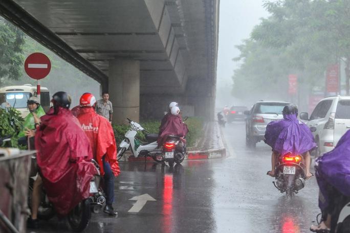 Người dân túm tụm dưới chân cầu vượt trong trận mưa vàng - Ảnh 11.