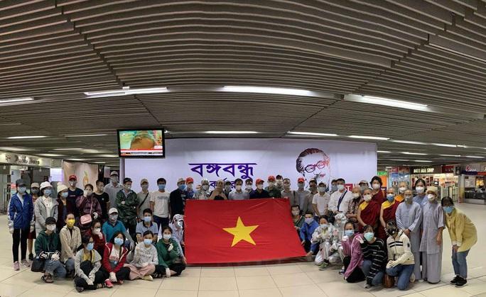 200 công dân Việt Nam từ Sri Lanka và Bangladesh về nước - Ảnh 4.