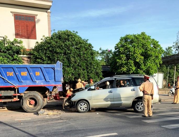 Tông xe ben đỗ bên đường văng cả mét, 4 người trên ô tô nhập viện - Ảnh 1.