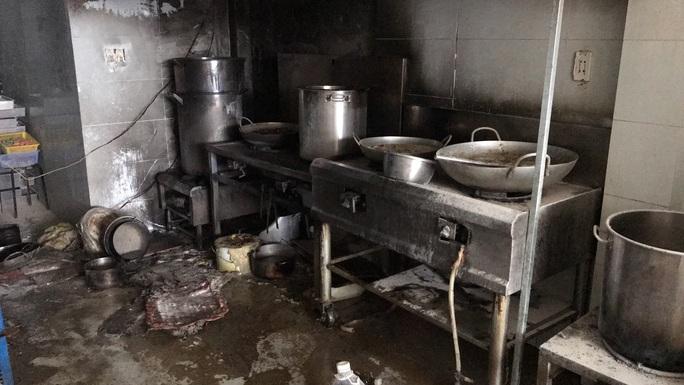 Cháy tiệm cơm ở trung tâm TP HCM, 7 người may mắn thoát nạn - Ảnh 2.