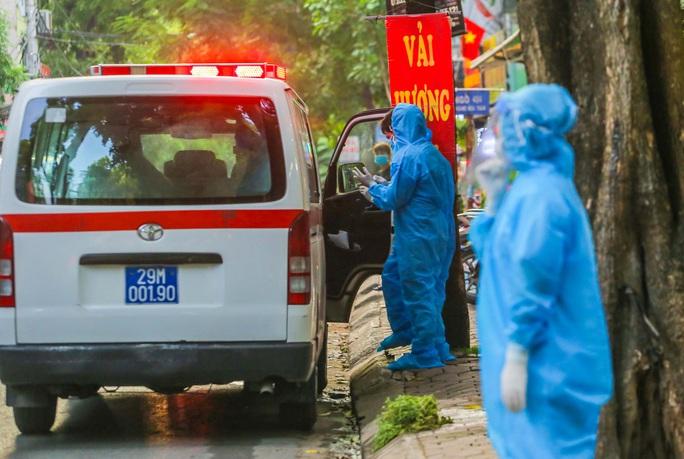 Cận cảnh phun khử khuẩn nơi có ca bệnh 459 đi Đà Nẵng về - Ảnh 15.