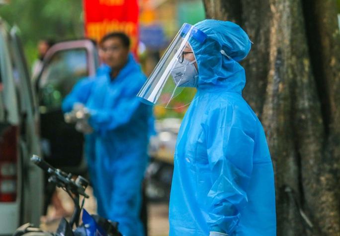 Cận cảnh phun khử khuẩn nơi có ca bệnh 459 đi Đà Nẵng về - Ảnh 16.