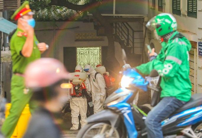 Cận cảnh phun khử khuẩn nơi có ca bệnh 459 đi Đà Nẵng về - Ảnh 3.