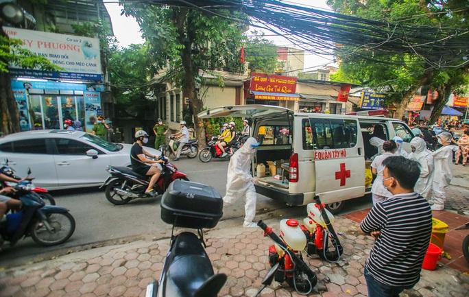 Cận cảnh phun khử khuẩn nơi có ca bệnh 459 đi Đà Nẵng về - Ảnh 4.
