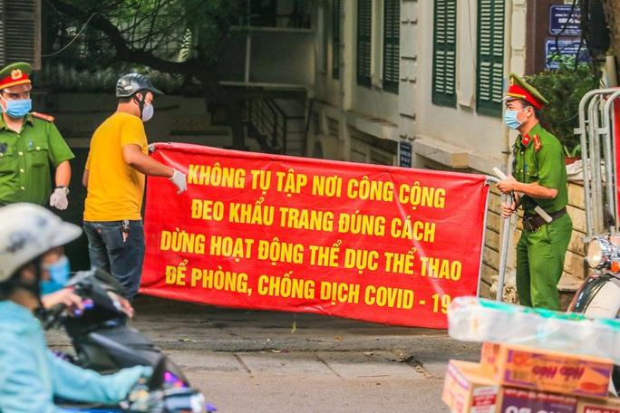 Cận cảnh phun khử khuẩn nơi có ca bệnh 459 đi Đà Nẵng về - Ảnh 5.