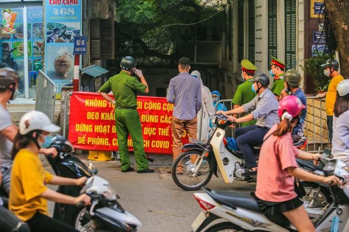 Cận cảnh phun khử khuẩn nơi có ca bệnh 459 đi Đà Nẵng về - Ảnh 6.