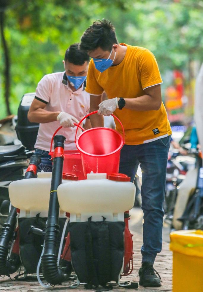 Cận cảnh phun khử khuẩn nơi có ca bệnh 459 đi Đà Nẵng về - Ảnh 7.