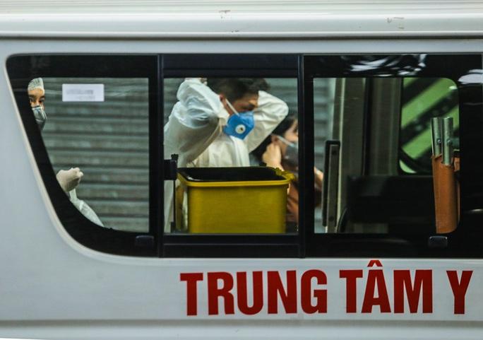 Cận cảnh phun khử khuẩn nơi có ca bệnh 459 đi Đà Nẵng về - Ảnh 8.