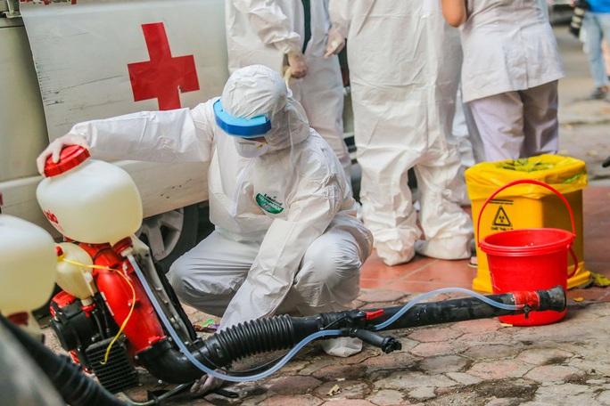 Cận cảnh phun khử khuẩn nơi có ca bệnh 459 đi Đà Nẵng về - Ảnh 9.