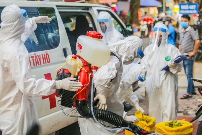 Cận cảnh phun khử khuẩn nơi có ca bệnh 459 đi Đà Nẵng về - Ảnh 10.