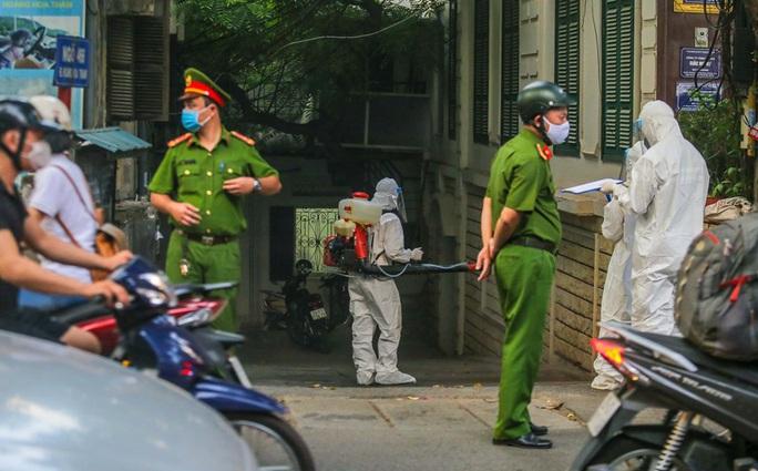 Cận cảnh phun khử khuẩn nơi có ca bệnh 459 đi Đà Nẵng về - Ảnh 12.