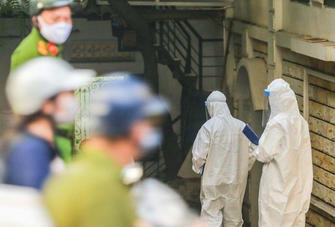 Cận cảnh phun khử khuẩn nơi có ca bệnh 459 đi Đà Nẵng về - Ảnh 13.
