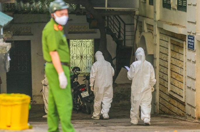 Cận cảnh phun khử khuẩn nơi có ca bệnh 459 đi Đà Nẵng về - Ảnh 14.