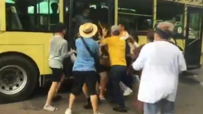 Bức xúc việc nhóm du khách tranh giành lên xe điện ở Phú Quốc - Ảnh 1.