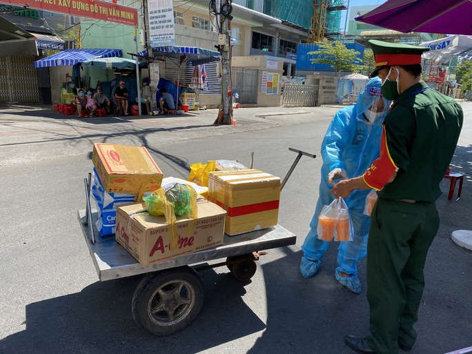 Chùm ảnh: Một ngày bận rộn của đội ngũ y bác sĩ BV Đà Nẵng trong khu phong tỏa - Ảnh 1.