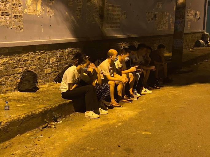 Thấy Công an quận Tân Phú, nhóm người Trung Quốc bung chạy - Ảnh 1.