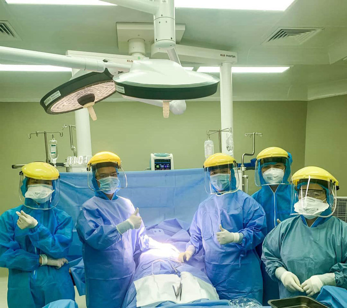 Chùm ảnh: Một ngày bận rộn của đội ngũ y bác sĩ BV Đà Nẵng trong khu phong tỏa - Ảnh 6.