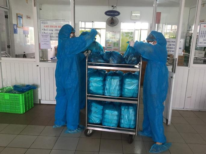 Chùm ảnh: Một ngày bận rộn của đội ngũ y bác sĩ BV Đà Nẵng trong khu phong tỏa - Ảnh 2.