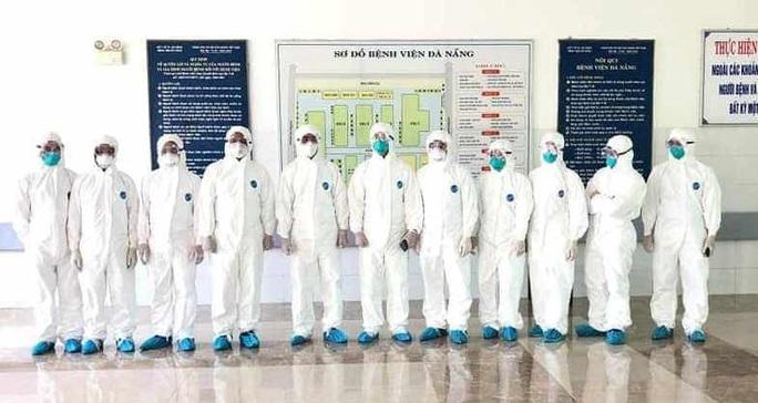 Chùm ảnh: Một ngày bận rộn của đội ngũ y bác sĩ BV Đà Nẵng trong khu phong tỏa - Ảnh 5.