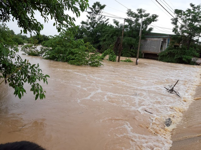 Mưa 1 trận, xóm làng Đắk Lắk chìm trong nước, hàng trăm ngôi nhà bị ngập - Ảnh 3.
