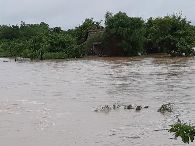 Mưa 1 trận, xóm làng Đắk Lắk chìm trong nước, hàng trăm ngôi nhà bị ngập - Ảnh 4.