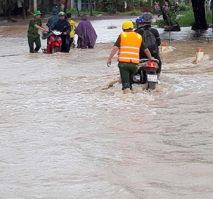 Mưa 1 trận, xóm làng Đắk Lắk chìm trong nước, hàng trăm ngôi nhà bị ngập - Ảnh 6.