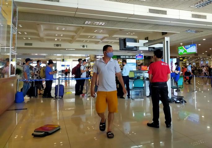 Nam hành khách nhổ nước bọt vào nhân viên hàng không - Ảnh 1.