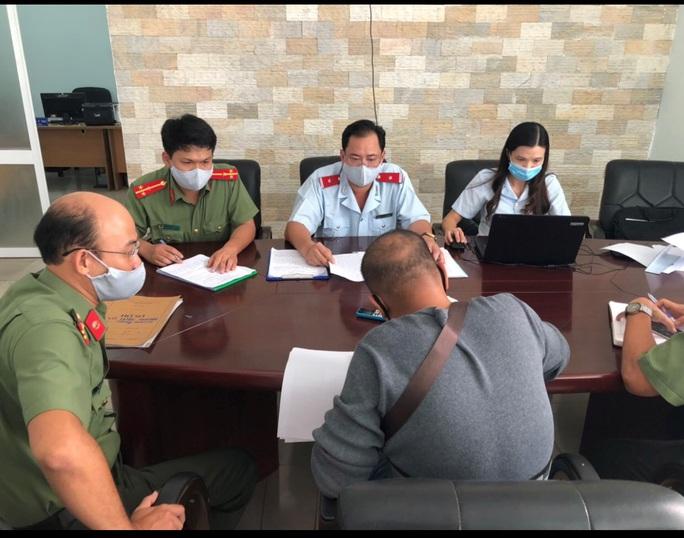 """Hướng dẫn viên khoe """"chiến tích"""" dẫn đoàn khách tẩu thoát khỏi Đà Nẵng bị phạt 10 triệu đồng - Ảnh 1."""