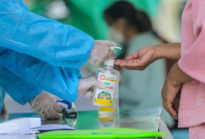 Hà Nội xét nghiệm nhanh Covid-19 cho người dân đi từ Đà Nẵng về - Ảnh 5.