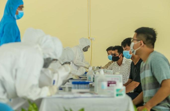 Hà Nội xét nghiệm nhanh Covid-19 cho người dân đi từ Đà Nẵng về - Ảnh 12.