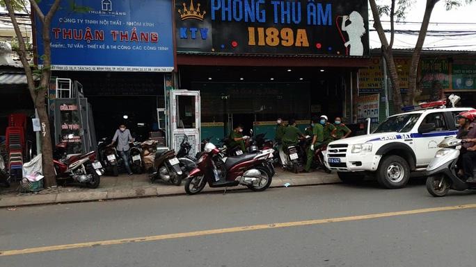 Công an quận Bình Tân phát hiện 28 người Trung Quốc trong phòng thu âm - Ảnh 1.