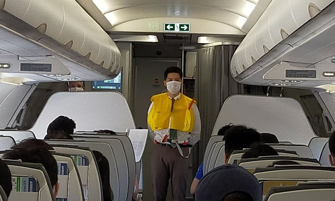 Xé vỏ áo phao, chây ì nộp phạt, một phụ nữ bị cấm bay - Ảnh 1.