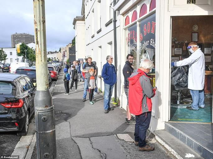 Ngày hội cắt tóc ở Anh: Nửa đêm đi xếp hàng, cửa tiệm nhấp kéo đến sáng - Ảnh 3.